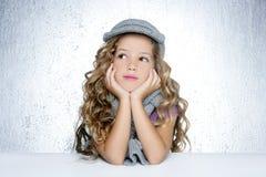 Lenço de lãs do tampão do inverno pouco retrato da menina da forma Imagens de Stock Royalty Free