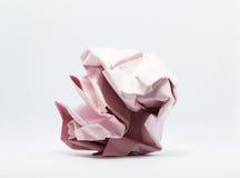 Lenço de papel cor-de-rosa amarrotado sobre o fundo branco Imagem de Stock