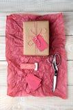 Lenço de papel do vermelho do presente de Natal Fotos de Stock