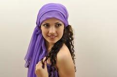 Lenço desgastando da seda do lilac da senhora bonita fotos de stock royalty free
