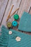 Lenço e chapéu feitos a mão feitos malha imagem de stock