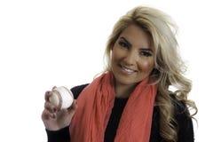 Lenço louro bonito do rosa da menina que guarda o fundo isolado basebol Fotografia de Stock Royalty Free