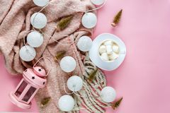 Lenço morno, acolhedor do inverno, lightbox na cor pastel e xícara de café com fundo do rosa do marshmallow Natal, conceito do an fotos de stock royalty free