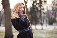 Lenço vestindo da mulher de negócio Foto de Stock Royalty Free