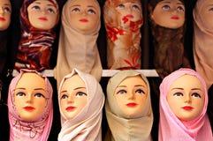 Lenços islâmicos no indicador em um mercado do Oriente Médio Fotografia de Stock Royalty Free