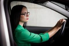 lena зеленая блузка, стекла, автомобиль, город, половинная высота! Стоковые Изображения