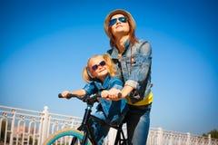 Lena_Misha-Dasha Cidade, Lena e Dasha da bicicleta! imagem de stock royalty free