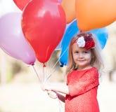 Lena_Misha-Dasha rotes Kleid des Mädchens, Ballone! Stockbilder