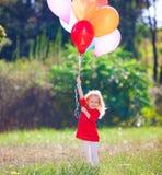 Lena_Misha-Dasha rotes Kleid des Mädchens, Ballone! Lizenzfreies Stockbild
