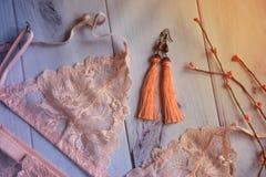 Lencería ropa interior de encaje del ` s de las mujeres con un busto en foco suave del fondo blanco de madera Foto de archivo libre de regalías