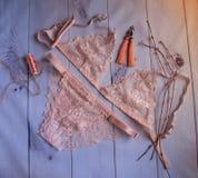 Lencería ropa interior de encaje del ` s de las mujeres con un busto y bragas en foco suave del fondo blanco de madera Foto de archivo libre de regalías