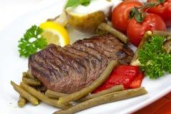 Lendenstück-Streifen-Steak mit grünen Bohnen, Tomate, Pfeffer Lizenzfreie Stockbilder