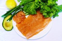 Lendenstück von frischen Lachsen auf einer Platte Lizenzfreie Stockfotos