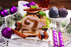 Lendestuk van varkensvlees dat met fig. voor Kerstmis wordt gevuld stock afbeelding
