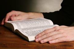 Lendo a Bíblia santamente russian aberta foto de stock