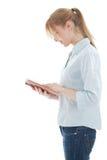 Lendo a mulher nova com livro imagem de stock royalty free