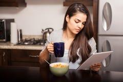 Lendo a notícia durante o café da manhã fotos de stock