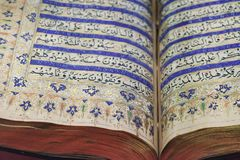 Lendo o Corão santamente antigo foto de stock