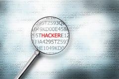 Lendo o hacker da palavra no tela de computador com uma ampliação Imagens de Stock