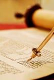 Lendo o rolo de Torah Fotos de Stock