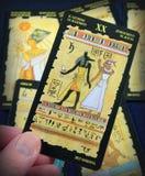 Lendo o Tarot egípcio Fotografia de Stock
