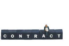 Lendo um contrato Fotografia de Stock Royalty Free