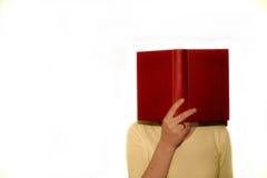 Lendo um livro Fotos de Stock Royalty Free