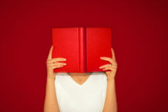 Lendo um livro Imagens de Stock Royalty Free