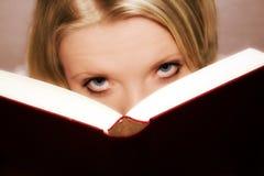 Lendo um livro Fotografia de Stock Royalty Free