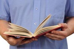 Lendo um livro imagem de stock royalty free