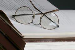 Lendo um livro imagens de stock