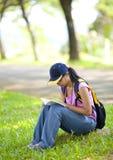 Lendo um livro Fotografia de Stock
