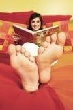 Lendo um livro Foto de Stock Royalty Free