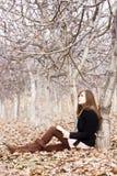 Lendo um livro na floresta Imagens de Stock Royalty Free