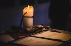 Lendo uma letra pela luz da vela Imagem de Stock