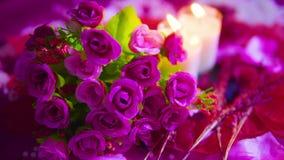 Lengte dichte omhooggaand van het roze en kaars branden De dag van de valentijnskaart stock video
