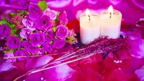 Lengte dichte omhooggaand van het roze en kaars branden De dag van de valentijnskaart stock footage