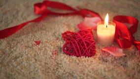 Lengte het bewegen zich van decoratie Valentine, kaars het branden en lint stock footage