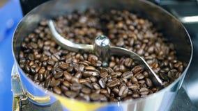Lengte op het braadstuk van de koffieboon in automatische machine stock videobeelden