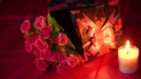 Lengte van bloemboeket, kaars het branden en giftdozen valentine stock videobeelden