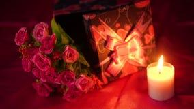 Lengte van bloemboeket, kaars het branden en giftdozen valentine stock footage