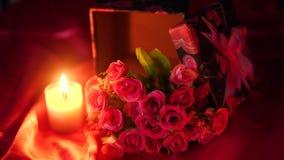 Lengte van bloemboeket, kaars het branden en giftdozen valentine stock video
