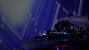Lengte van DJ in een club die muziek mengen stock video
