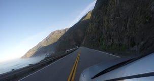 Lengte van een auto op een weg van Californië stock footage