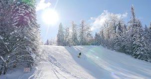 Lengte van een skiër die bergaf slalom met zongloed ski?en stock footage