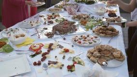 Lengte van een Zweedse lijst en mensen die wat voedsel op hun platen nemen stock footage