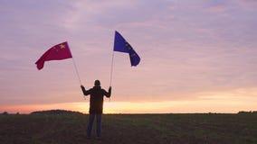 Lengte van EU en Chinese vlaggen die in de wind de blazen golvende vlaggen in een landschap De Vlag van de EU China stock videobeelden