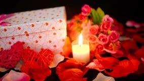 Lengte van giftdozen, kaars het branden en bloem voor Valentine-dag stock video