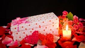 Lengte van giftdozen, kaars het branden en bloem voor Valentine-dag stock footage