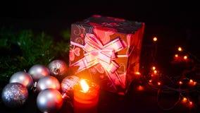 Lengte van giftdozen, kaars het branden en lamp het fonkelen Kerstmisdag stock footage